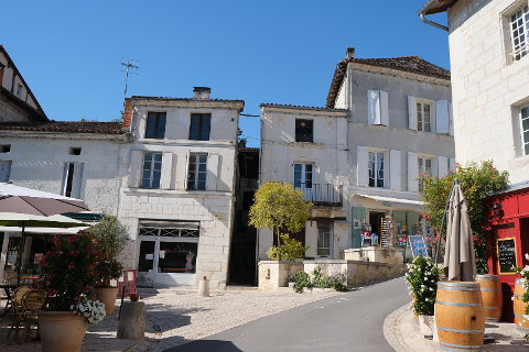 aubeterre sur dronne dordogne visit this beautiful village with its monolithic church. Black Bedroom Furniture Sets. Home Design Ideas