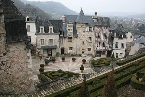 Terrasson dordogne avec une belle vieille ville et les magnifiques jardins - Jardins de l imaginaire terrasson ...
